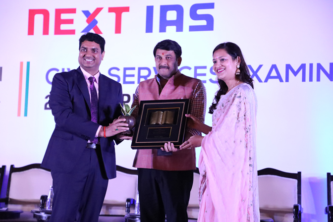 <p>B SIngh Sir and Jyoti Ma'am honouring Chief Guest Manoj Tiwary (Member of Parliament) for taking his precious time out for the felicitation ceremony</p>